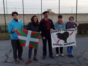 Xistor et sa famille devant la prison de Lannemezan.